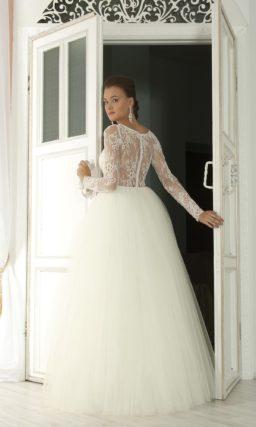 Закрытое свадебное платье пышного кроя с длинным рукавом и кружевной спинкой.