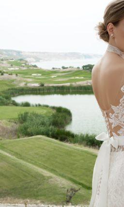 Кружевное свадебное платье рыбка с высоким воротником, открытой спинкой и шлейфом.