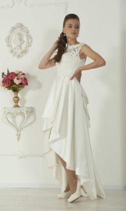 Женственное свадебное платье с кружевным закрытым верхом и атласной юбкой, укороченной спереди.