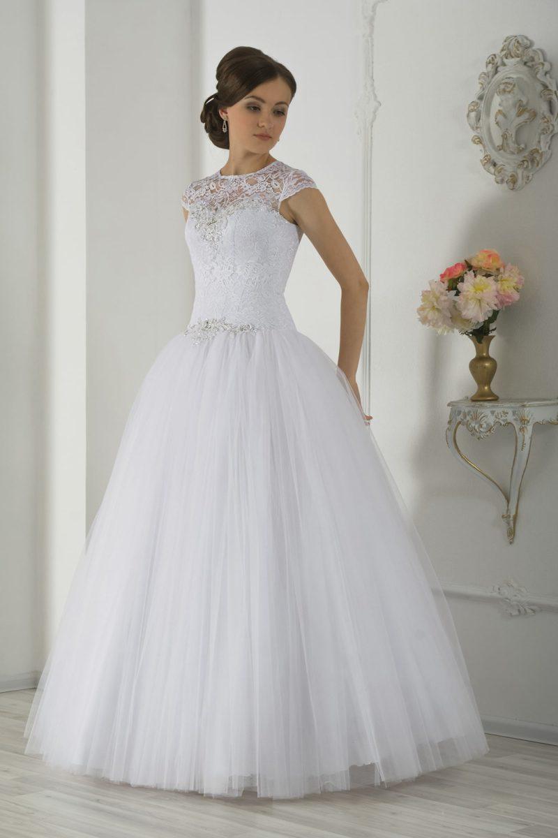 Пышное свадебное платье с закрытым кружевным верхом и бисерной вышивкой на линии талии.