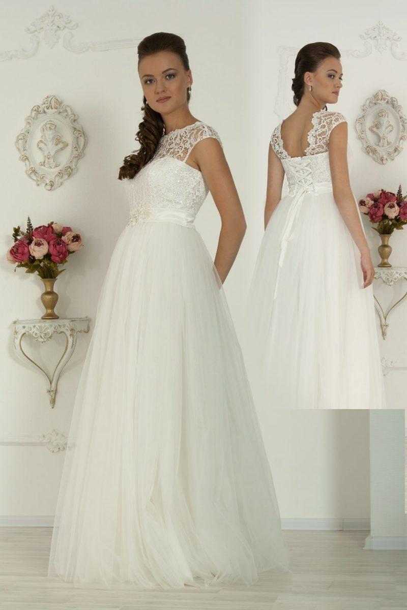 Романтичное свадебное платье «принцесса» с открытой спинкой и широким атласным поясом.
