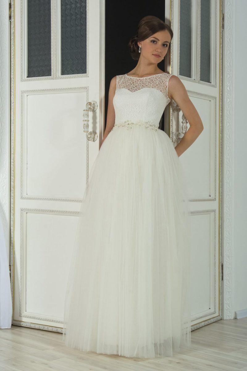 Нежное свадебное платье «принцесса» с кружевным верхом с изящным округлым вырезом.