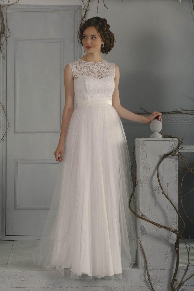 Стильное свадебное платье в ампирном стиле, с кружевным верхом и поясом из атласа.