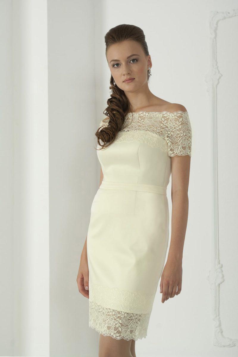 Элегантное свадебное платье-футляр с портретным декольте и кружевным декором низа подола.
