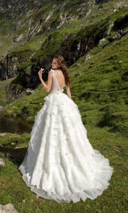 Пышное свадебное платье с многоярусной юбкой и бежевым лифом с аппликациями.