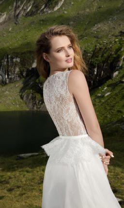 Прямое свадебное платье с нежным кружевным верхом и короткой пышной баской.