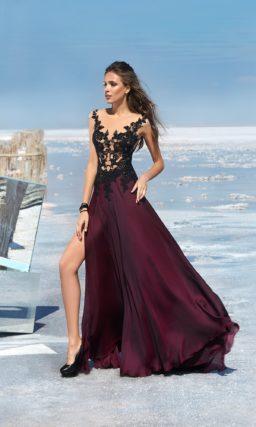 Прямое вечернее платье бордового цвета с разрезом сбоку на юбке.