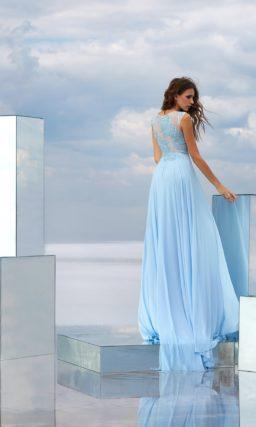 Голубое вечернее платье с кружевным верхом и прямой юбкой с разрезом.