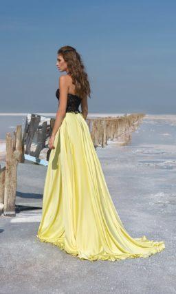Вечернее платье с черным корсетом и желтой атласной юбкой прямого кроя.