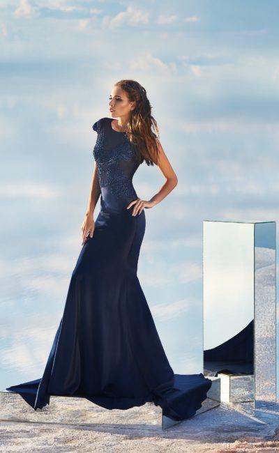 Облегающее вечернее платье синего цвета с изящным закрытым верхом.