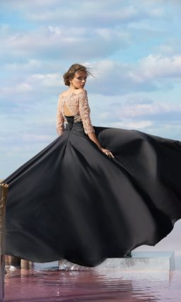 Черное вечернее платье прямого кроя с верхом из бежевого кружева.