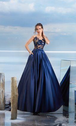Пышное вечернее платье синего цвета с атласной юбкой и кружевным верхом.