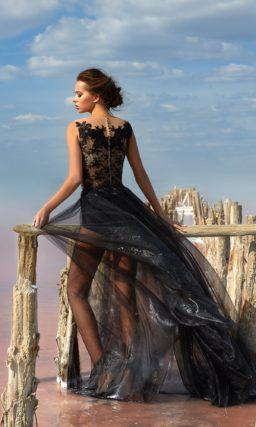 Необычное вечернее платье с прозрачной черной юбкой и кружевным корсетом.
