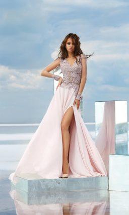 Розовое вечернее платье с высоким разрезом и кружевным корсетом.