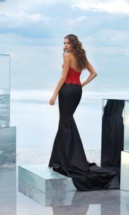 Вечернее платье с черной юбкой «русалка» и красным корсетом.