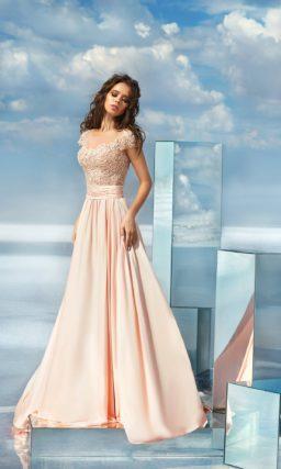 Кремовое вечернее платье с юбкой А-силуэта и кружевным лифом.