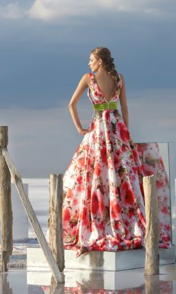 Пышное вечернее платье из оригинальной ткани с цветочным принтом.