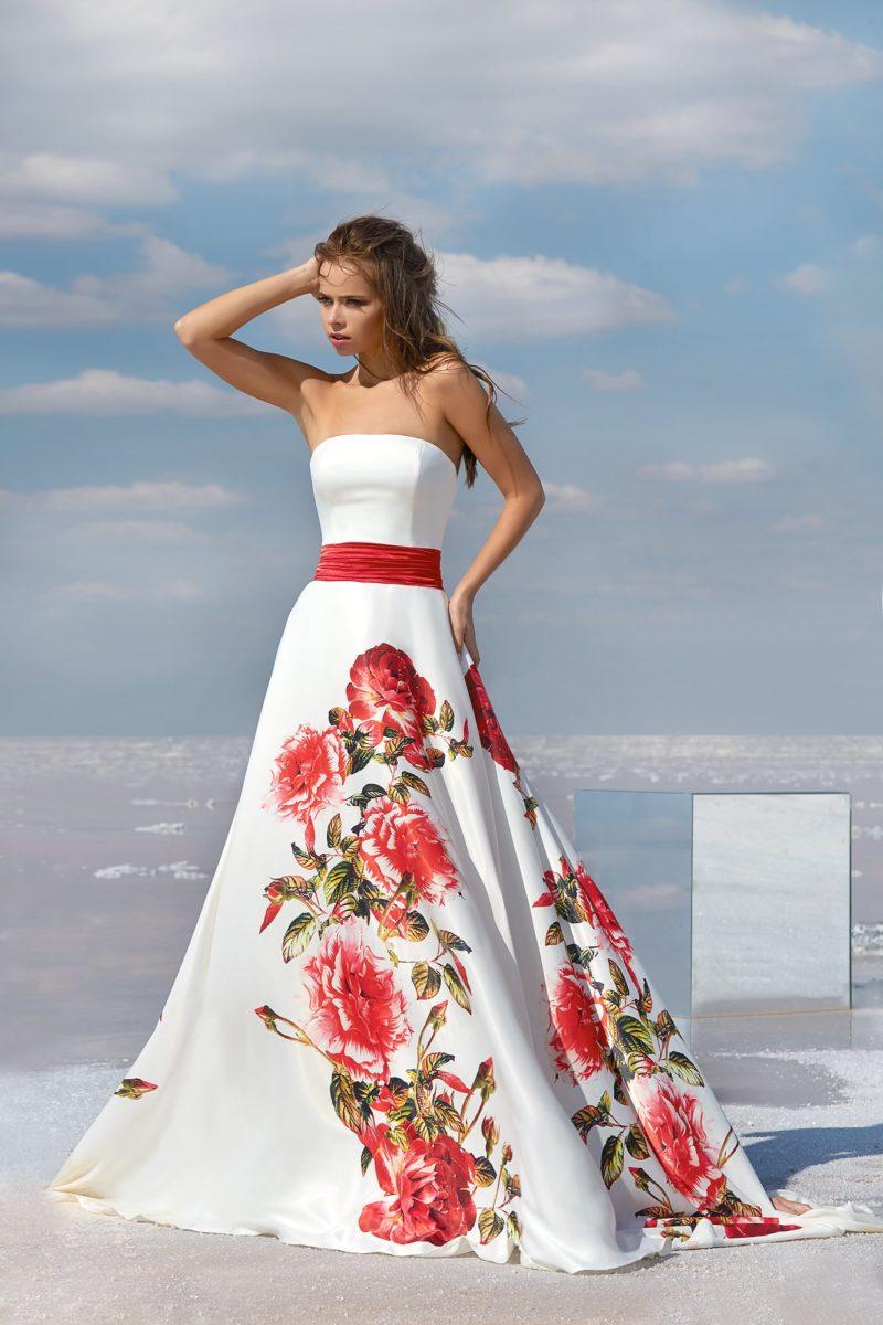 Белое вечернее платье с цветочным рисунком на юбке А-силуэта.