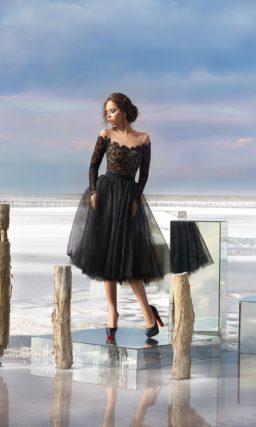 Короткое вечернее платье черного цвета с пышной юбкой и длинным рукавом.