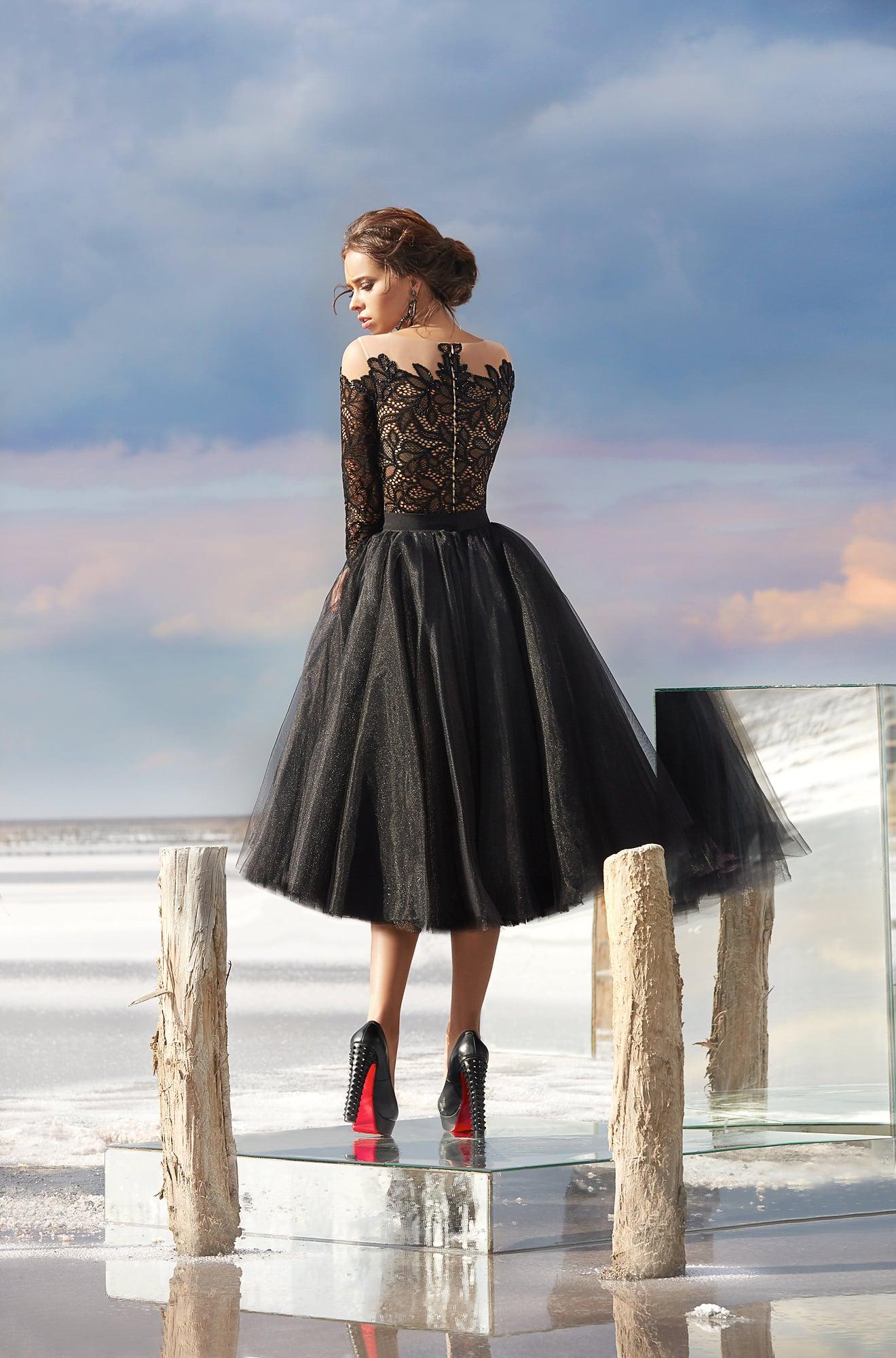 2f126bc20fa Короткое вечернее платье черного цвета с пышной юбкой и длинным рукавом.