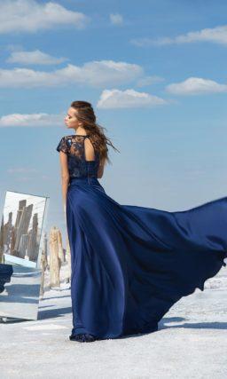 Синее вечернее платье с длинной юбкой А-кроя и кружевным декором верха.