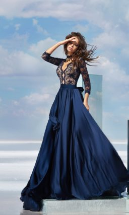 Романтичное вечернее платье с кружевным верхом и атласным низом.