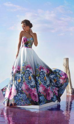Великолепное вечернее платье с цветочным принтом.