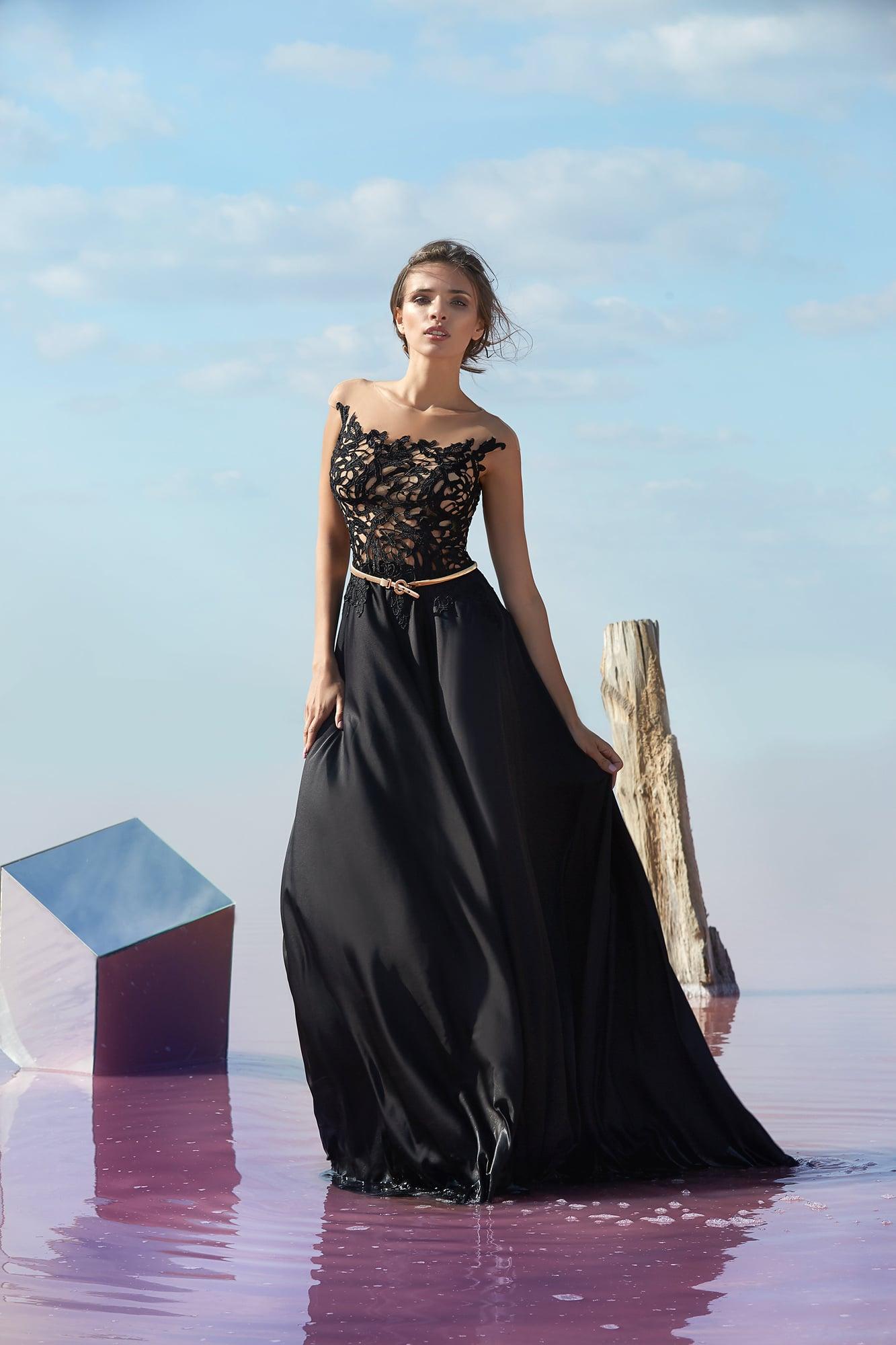 Стильное вечернее платье прямого кроя с черным ажурным верхом.
