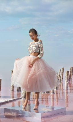 Розовое вечернее платье с пышной короткой юбкой.
