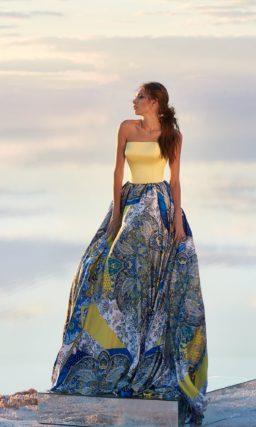 Вечернее платье с открытым желтым корсетом и цветной юбкой.