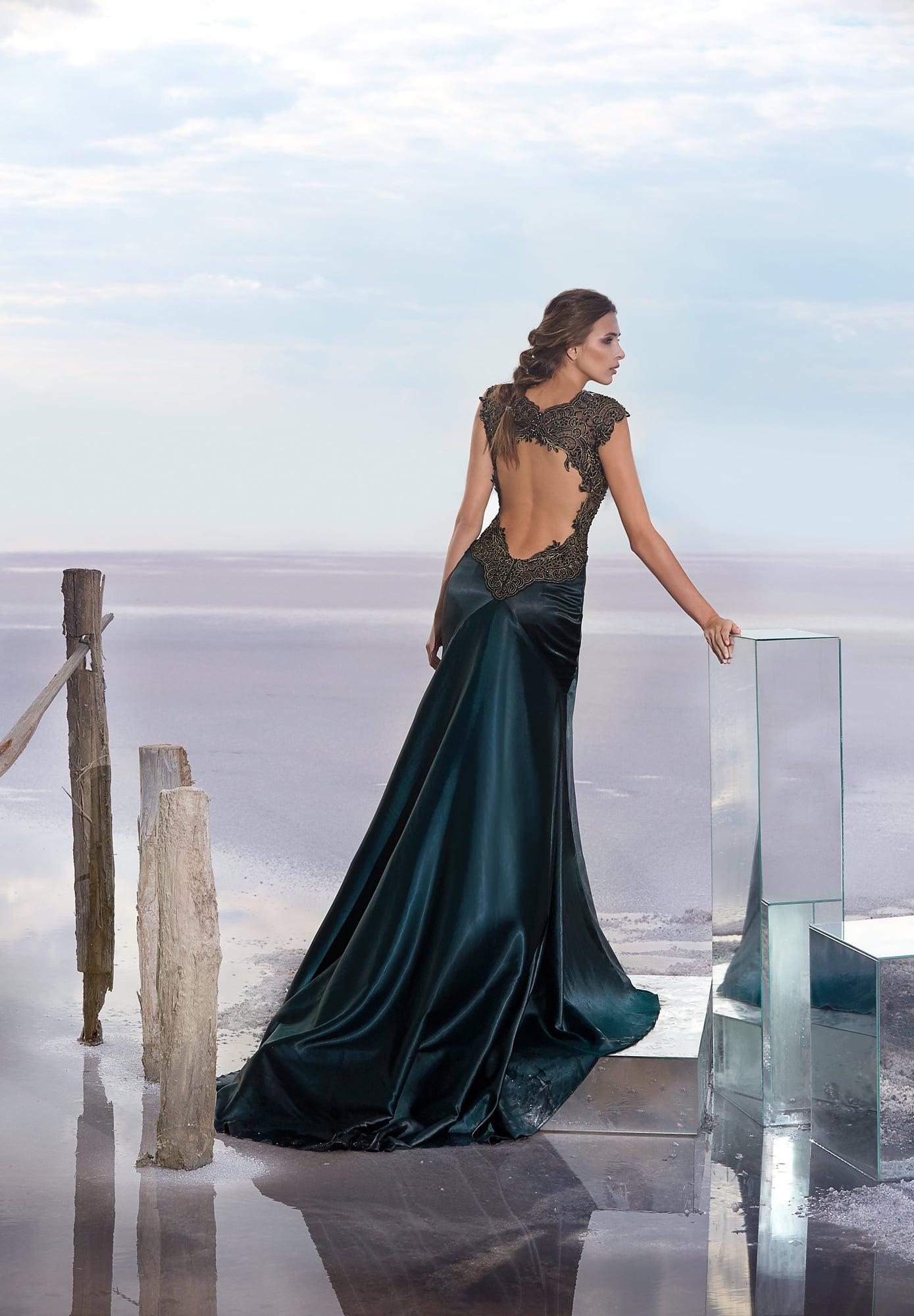Изысканное облегающее вечернее платье с изумрудного цвета юбкой.