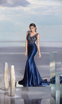 Атласное вечернее платье синего цвета с кружевным лифом.