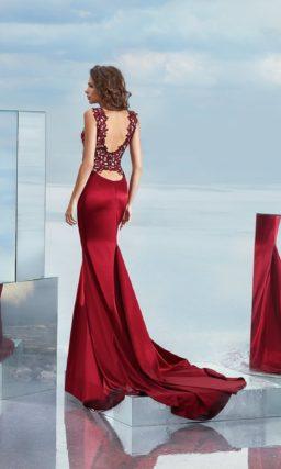 Бордовое вечернее платье силуэта «русалка» с кружевным верхом.