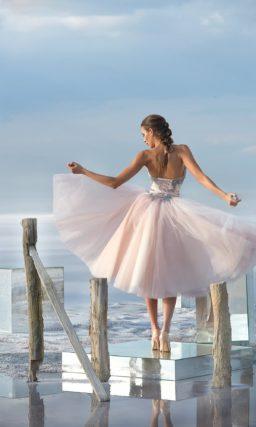 Открытое вечернее платье с пышной короткой юбкой розового цвета.