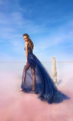 Полупрозрачное вечернее платье из синей кружевной ткани.