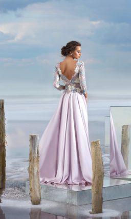 Атласное вечернее платье с открытой спинкой и кружевным рукавом.