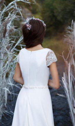 Прямое свадебное платье из изысканной плотной ткани, дополненное рукавом из кружева.