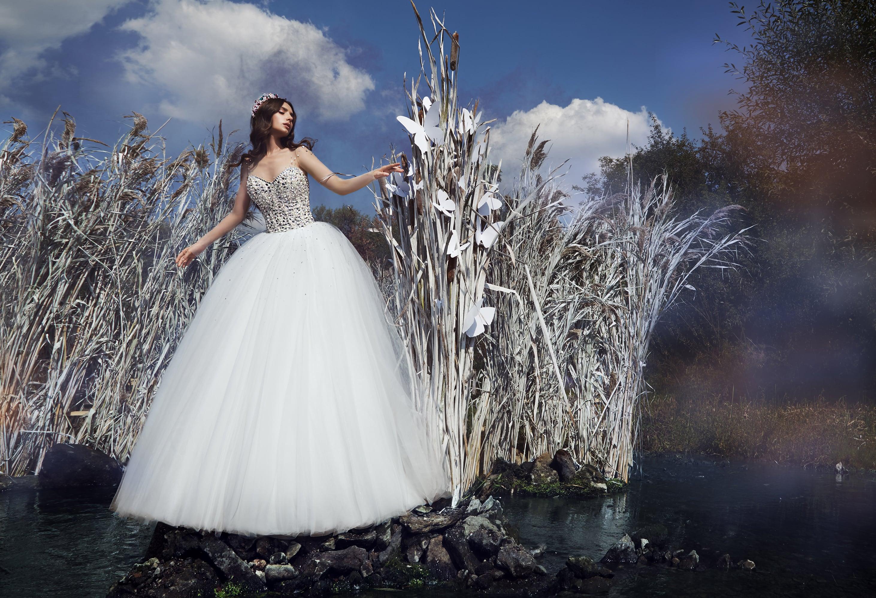 Впечатляющее свадебное платье с корсетом, покрытым стразами, и объемной юбкой.