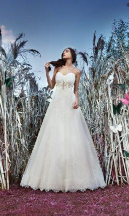 Фактурное свадебное платье «принцесса» с открытым декольте и крупными стразами под лифом.