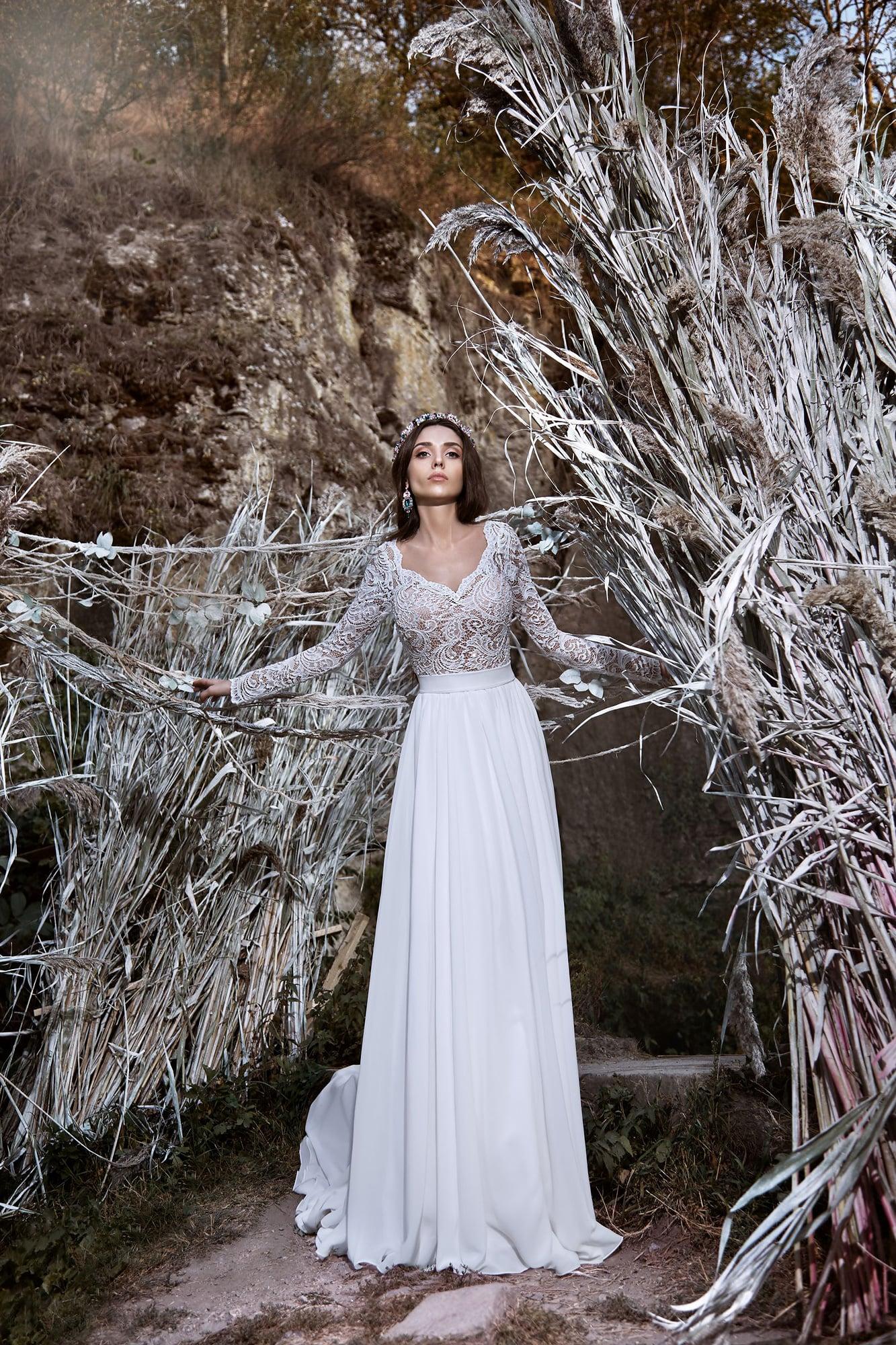 Притягательное свадебное платье прямого кроя с полупрозрачным кружевным верхом.