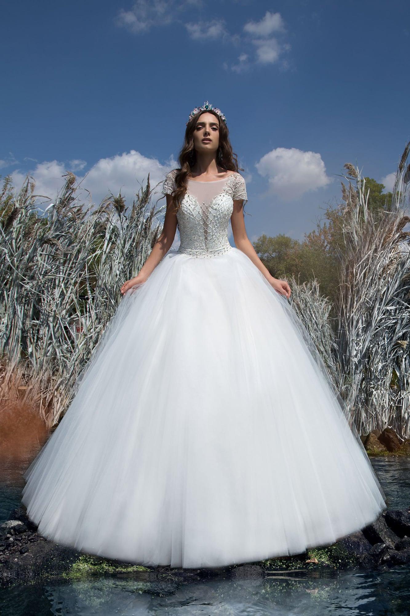 Роскошное свадебное платье пышного кроя с коротким рукавом и графичной вышивкой на корсете.