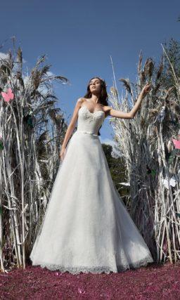 Свадебное платье А-кроя с объемной бисерной вышивкой на открытом лифе сердечком.