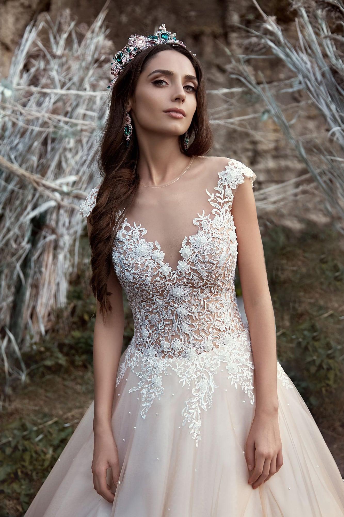 Изысканное пышное свадебное платье персикового оттенка с корсетом, покрытым кружевом.