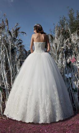 Традиционное свадебное платье с фактурным корсетом и пышной юбкой с вышивкой снизу.