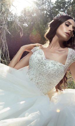 Роскошное свадебное платье пышного кроя с оригинальными бретелями и бисером на корсете.