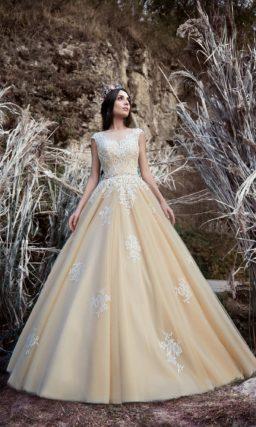 Пышное свадебное платье золотистого оттенка, с закрытым лифом и отделкой кружевом.