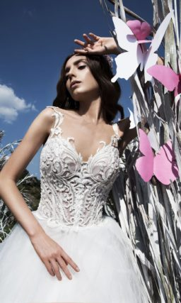 Пышное свадебное платье с оригинальным корсетом, покрытым объемной отделкой.