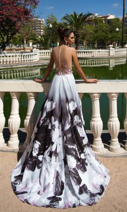 Вечернее платье с длинной юбкой с темным принтом и открытым корсетом из розового кружева.