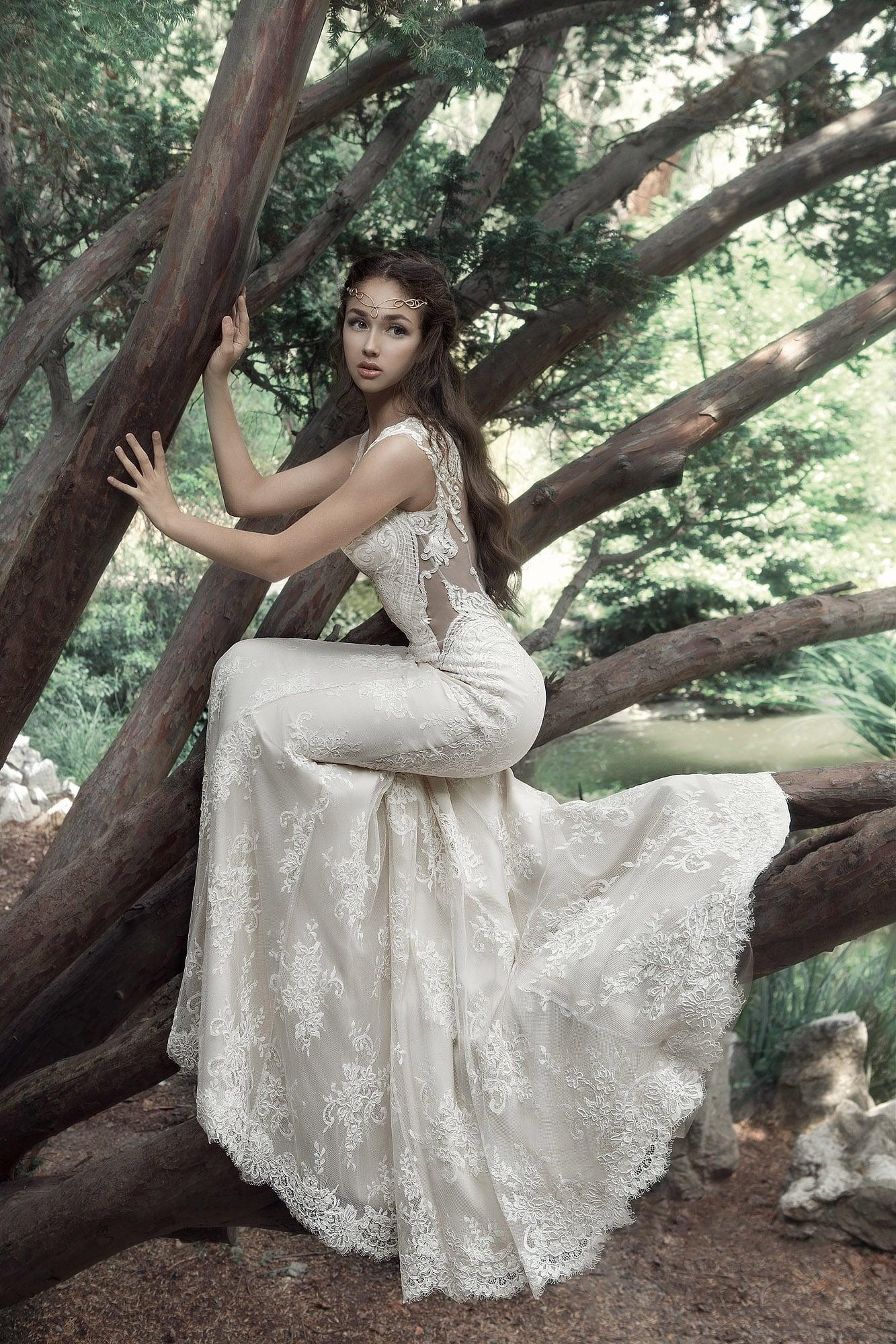 Кружевное свадебное платье облегающего кроя с полупрозрачными вставками.