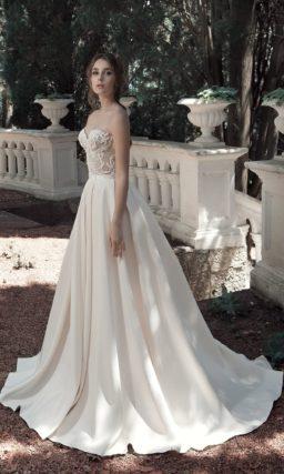 Атласное свадебное платье пышного кроя с фактурным открытым корсетом.